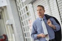 Empresário verificando telefone — Fotografia de Stock