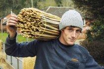 Thatcher, portando il fascio di spine di legno — Foto stock