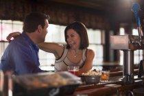 Homme et femme à la date assis au bar — Photo de stock