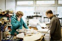 Женщина работает в книжной переплетной мастерской . — стоковое фото