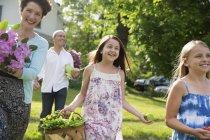 Sommerliches Familientreffen auf einem Bauernhof — Stockfoto