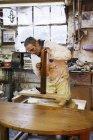 Homme travaillant dans un atelier de menuiserie — Photo de stock