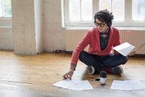 Man sitting on floor in rehearsal studio — Stock Photo