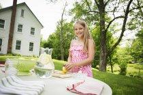 Mädchen schneiden Zitronen Limonade zu machen — Stockfoto