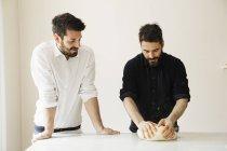 Пекарів замішування тіста хліб — стокове фото