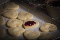 Форми для випічки з серцем печиво — стокове фото