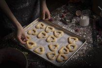 Жінка організацію у формі серця, печиво — стокове фото