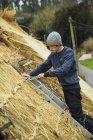 Тэтчер стоит на лестнице на крыше — стоковое фото