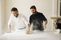 Bäcker Brotteig mit Mehl bestäuben — Stockfoto