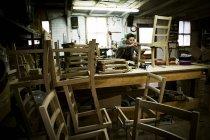 Uomo che lavora in un laboratorio di mobili — Foto stock