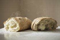 Mains de pain fraîchement cuits . — Photo de stock