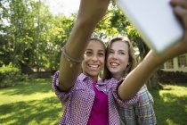 Две девушки делают селфи — стоковое фото