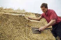 Uomo di paglia un tetto — Foto stock