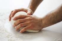 Baker, amassar uma porção da massa de pão — Fotografia de Stock