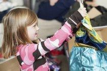 Mädchen Auspacken ein Weihnachtsgeschenk — Stockfoto