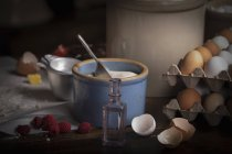 Ingredientes para hornear en la mesa de cocina - foto de stock