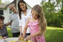 Children making lemonade. — Stock Photo