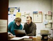 Люди рабочим в мастерской Брошюровочно-переплетное — стоковое фото