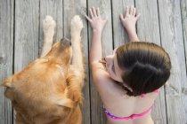 Jovem e um cão retriever dourado — Fotografia de Stock