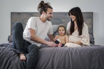 Junges Paar und ihr junger Sohn — Stockfoto