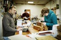 Frau arbeitet am Buchrücken eines gebundenen Buches — Stockfoto