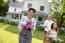 Літні сім'ї збір на фермі. — стокове фото