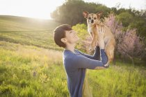 Chien de petite chihuahua femme Holding — Photo de stock