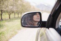 Donna in un'automobile su una strada viaggio — Foto stock