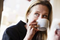 Empresária bebendo uma xícara de café — Fotografia de Stock