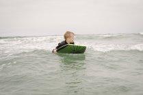 Мальчик бодиборд в океане — стоковое фото