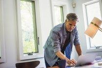 Человек, используя ноутбук — стоковое фото