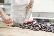 Femme chocolat en boulangerie à découper — Photo de stock