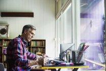 Uomo che lavora su un computer portatile . — Foto stock