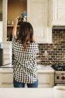 Frau, die in einer Küche — Stockfoto
