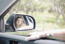 Femme dans une voiture sur un road trip — Photo de stock