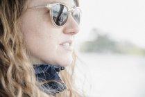 Vista lateral da mulher em óculos de sol — Fotografia de Stock