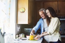 Lächelnde älteres Paar in einer Küche — Stockfoto