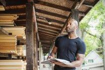 Людина тримає папку і перевірка деревини — стокове фото