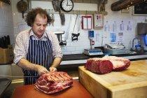 Різник готується великий шматок яловичини — стокове фото