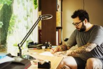 Uomo con disegno tatuaggi — Foto stock