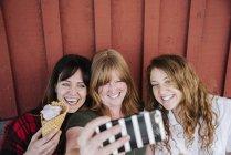 Жінок, що приймають selfie з морозивом — стокове фото