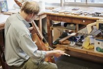 Luthier en atelier, instrument de musique — Photo de stock