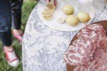 Жінка нарізки лимони для пиття — стокове фото