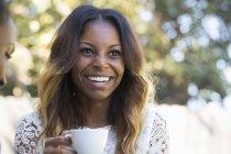 Femme qui boit du café — Photo de stock