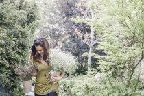 Женщина с большим букетом цветов . — стоковое фото