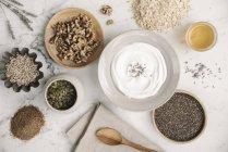 Tabella con il cibo in piatti — Foto stock