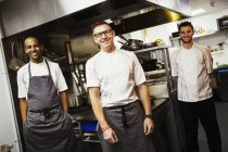 Три кухарів, стоячи в ресторані — стокове фото