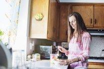 Ältere Frau, die in einer Küche — Stockfoto