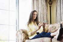 Alter Frau mit Hilfe eines Mobiltelefons — Stockfoto