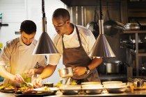 Кухарі, стоячи в кухні ресторану — стокове фото